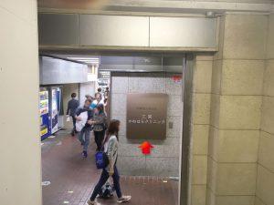 7.階段降りると看板_矢印